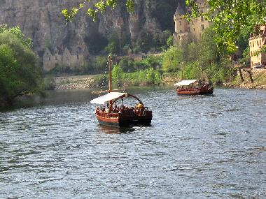 Take a boat and learn the history of the Dordogne