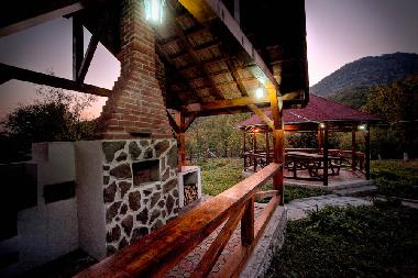 Stejar Chalet - barbecue by night