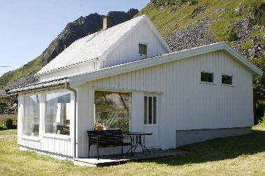 House with a panoramic view over the sea and majestetic mountains of Lofoten