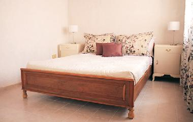 Bedroom with a matrimonial bed, night tables and a closet