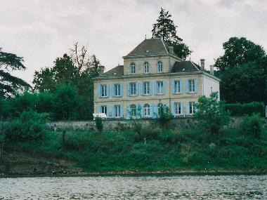 Castle along the Dordogne, 20km from magnificent St-Emilion
